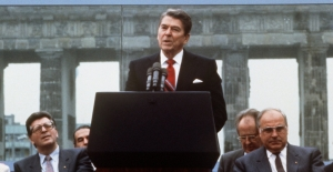 reagan-berlinwall-p